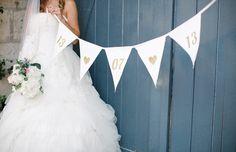 Gold, Ammer, Custom Bunting, Foto-Prop, Hochzeit Bunting, Stoff Bunting, Party Dekoration, Stoff-Banner, Gold auf Elfenbein, Hochzeit Requisiten von LePetitMariage auf Etsy https://www.etsy.com/de/listing/162992215/gold-ammer-custom-bunting-foto-prop