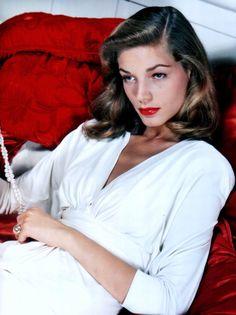 Lauren BACALL / Elle fut surnommée « The Look », « Le Regard ». Mais son timbre de voix grave, profond, dintensité très basse, la caractérisait également, comme sa silhouette élancée, élégante, aux postures langoureuses et provocantes. Au même titre que Katharine HEPBURN, de quatre ans son aînée, elle incarne une certaine modernité féminine qui apparaît dans les années 1940. Ou plutôt une image de la femme moderne qui va modeler limaginaire dune nouvelle génération de spectateurs aussi bien…