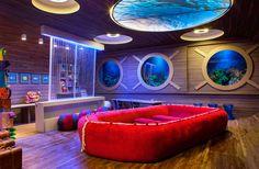 Estúdio da Criança - Kamala Escalante e Mirna Conti criam no ambiente a ilusão de estar em um barco. Paredes, teto e piso evocam a madeira, e as janelas são escotilhas que mostram o fundo do mar - uma sensação reforçada pela iluminação. Vermelho e azul representam o universo náutico.