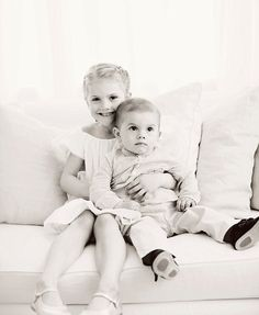 The Swedish Royal Court released new photos of Princess Estelle and Prince Oscar to mark the first day of Summer. Crown Princess Victoria sends their midsummer greetings from Haga Palace. Victoria Prince, Princess Victoria Of Sweden, Crown Princess Victoria, Prince And Princess, Little Princess, Prince Carl Philip, Prince Daniel, Swedish Royalty, Casa Real