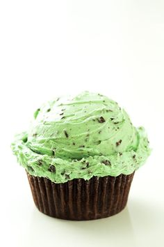 Chocolate Cupcakes with Fluffy Mint Chocolate Chip Buttercream Frosting  <> this tricked me. I thought it was a scoop of real mint choc chip ice cream (Baskin Robbins, of course..) and now that's what I want....like now.... like 30 seconds ago when I saw the picture.......stoopie pin!