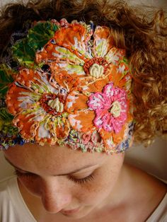 Beautiful details in this headband: fabric, crochet, and embroidery combined. Cannot find a link, sorry. Embroidery Art, Embroidery Applique, Embroidery Stitches, Embroidery Patterns, Bordados E Cia, Fabric Manipulation, Bandeau, Fabric Art, Hand Sewing