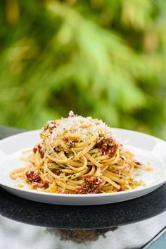 Linguine with Sun-Dried Tomatoes, Olives and Lemon Giada De Laurentiis Giada Recipes, Pasta Recipes, Vegetarian Recipes, Dinner Recipes, Cooking Recipes, Healthy Recipes, Pasta Sauces, Veggie Recipes, Lunch Recipes