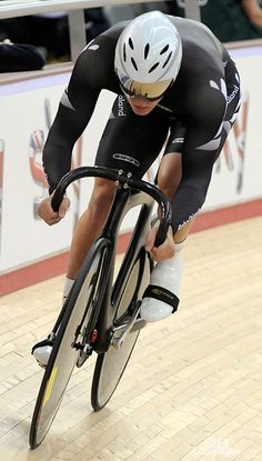 New Zealand's Ed Dawkins riding a stealthy-looking unbranded machine Spin Bike Workouts, Bicycle Workout, Cycling Workout, Outdoor Workouts, Track Cycling, Cycling News, Cycling Bikes, Fixed Bike, Fixed Gear