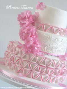 TUTORIAL: PreciousPeggy's Fondant Circles Cake Tutorial Tutorial on Cake Central (cake decorating frosting tutorials) Pretty Cakes, Cute Cakes, Beautiful Cakes, Amazing Cakes, Cake Decorating Techniques, Cake Decorating Tutorials, Cookie Decorating, Fondant Cakes, Cupcake Cakes