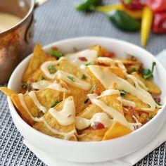 Lun ostedip  Smeltet ost kan få de flestes mundvand til at løbe og denne dip gør selv de kedeligste chips til en luksus. Brug den til nachos sammen med salsa eller som dip til brød.