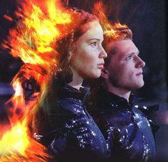 Después de la entrada triunfal con los trajes de fuego diseñados por Cinna para la presentación ante el Capitolio de los tributos de los juegos, Katniss se convierte en la Chica en llamas.
