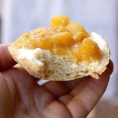 Pane fatto in casa e marmellata di arance