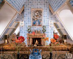 """Стены и потолок гостиной облицованы делфтской плиткой — точно как во дворце Меншикова. Над камином эпохи Регентства — гуашь Хорасио Сосы Кордеро """"Архитектор""""."""