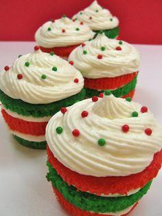 #KatieSheaDesign ♡❤ ❥ Christmas Red and Green Layer Cupcakes Recipe by Cupcakepedia
