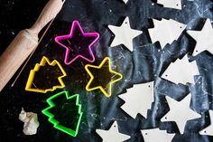 Lo prometido es deuda y aquí está una de las actividades que os propongo para decorar la casa en Navidad. En esta ocasión os voy a mostrar como hemos hecho Marc y yo nuestros adornos para el árbol de Navidad. No son unos adornos muy comunes ya que los colores que relacionamos normalmente con la … Ideas Para, Cookie Cutters, Home, So Done, Activities, Creativity, Colors