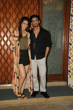 Sushant Singh Rajput and Kriti Sanon snapped at their film Raabta promotions Pictures Bollywood Outfits, Bollywood Couples, Bollywood Girls, Bollywood Actors, Bollywood Celebrities, Bollywood Fashion, Indian Bollywood Actress, Beautiful Bollywood Actress, Indian Actresses