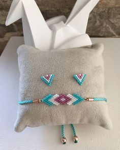 This Pin was discovered by Car Rope Jewelry, Bead Jewellery, Bead Loom Bracelets, Woven Bracelets, Beaded Jewelry Patterns, Beading Patterns, Bead Crafts, Jewelry Crafts, Rakhi Design