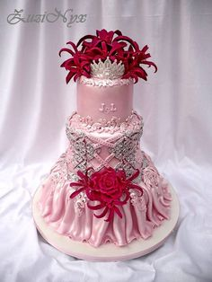 Svadobná..so sukničkou,korzetom,korunkou a cyklaménovými kvetinamiPostup na tortičku nájdete v novom čísle Tom