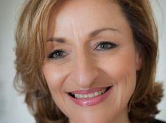 A 50 ans, les femmes souhaitent souvent une chose : paraitre plus jeune. En d'autres termes, elle veut cacher ses rides, remonter ses yeux et sa peau, avoir une bouche pulpeuse et faire disparaitre les signes de fatigue. Rien que ça vous me direz... Le maquillage permet tout cela, sans l'aide du bistouri. Suivez les conseils et le pas à pas de notre maquilleuse professionnelle Jessica Gruner, avec les produits bio Dr. Hauschka.