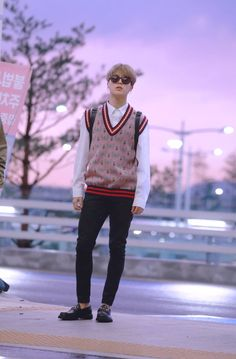 Mochi is cool😁😁 Bts Jimin, Jhope, Taehyung, Namjoon, Hoseok Bts, Jimin Airport Fashion, Bts Airport, Airport Style, Park Ji Min