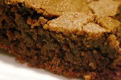 Esse bolo é simplesmente maravilhoso eleparece um brownie, cria uma casquinha crocante e é molhadinho por dentro, é uma bomba calórica, mas de vez em quando a gente pode se dar esse prazer. Não reparem na erosão, isso aconteceu pq...