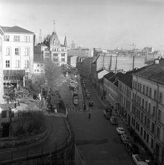 Dette er fra rivningen av det gamle Vika, Ruseløkkveien i Oslo i 1959. Ruseløkka skole til venstre, og Victoria terrasse midt i bildet. Utsikt från Hannas fönster.