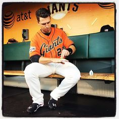 Buster Posey applies paint to his signal calling hand at #attpark. Photo by @punkpoint