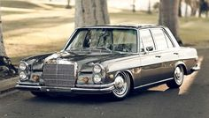 Ed's bagged Mercedes Benz is a beautiful example of simplicity. Celebrating the classy aesthetic of the Mercedes Benz brand with airride. Mercedes Classic Cars, Custom Mercedes, Old Mercedes, Mercedes Benz Cars, Mercedes Wheels, M Benz, Mercedez Benz, Daimler Benz, Corvette