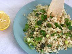 Skinnier dan dit kan bijna niet: zelfgemaakte couscous van bloemkool. En makkelijker kan ook bijna niet: je maalt wat stronkjes bloemkool fijn en bakt de korrels wat op in een koekenpan. That's it! Je