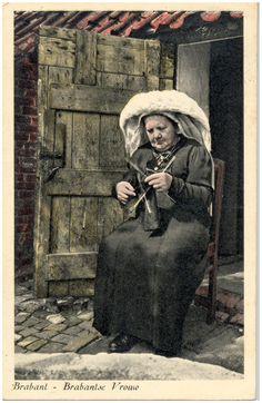 18002 Het breien door een boerin in klederdracht - 1890 - 1930