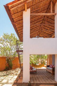 Esta casa ubicada en un rincón de Barichara y diseñada por la arquitecta colombiana Luz María Jaramillo reproduce los tonos color ocre del entorno.