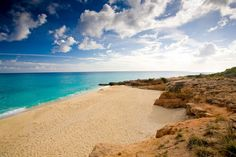 The best Bermuda Beaches in the Atlantic ocean one of the most romantic destinations you could want is a luxury vacation spot with pink sands Palm Beach, The Beach, Beach Pool, Destination Soleil, Places Around The World, Around The Worlds, Bermuda Beaches, Bermuda Travel, Martin St