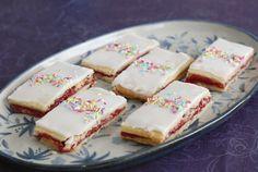 Hjemmelavet hindbærsnitter som dem, man får hos bageren. En klassisk dansk tørkage med glasur og marmelade.