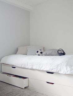 Design a bed with an IKEA chest of drawers! - Design a bed with an IKEA chest of drawers!