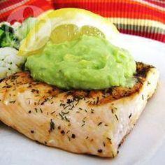 Ingrédients : 4 filets de saumon 2 avocats 1 citron vert 125 ml de crème épaisse 10 gr de ciboulette 1 cuillère à soupe d'huile d'olive