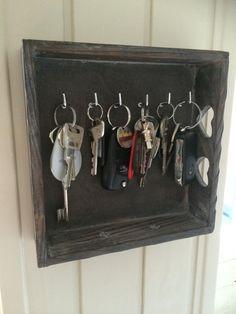 Daar kan je een dienbald ook voor gebruiken: sleutelkastje! | by Annet Hoff | DIY met de Action | Bespaarmama