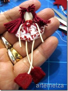 Sew - Art and Craft: Mini doll of gossip | Mini doll of yo-yo .... YoYo DIY .... Chrome will translate!  But the pics are pretty self-explanatory.   #YoYo  #SuffolkPuffs