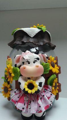 Desenvolvo qualquer modelo. Pote de vidro 2500ml Polymer Clay Ornaments, Polymer Clay Crafts, Bottle Art, Bottle Crafts, Recycled Crafts, Diy And Crafts, Kitchen Hot Pads, Cold Porcelain, Porcelain Clay