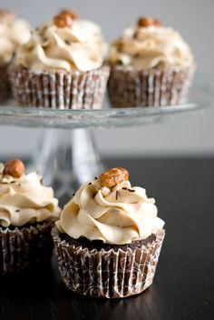 C'est officiel, l'hiver est là, et notre besoin de «comfort food» se fait de plus en plus ressentir… Pour le plus grand bonheur des gourmands, bien sûr. Alors, pour cette recette, pas la peine de s'amuser à compter les calories, ça nous ferait du mal! Il faut juste se dire que c'est délicieusement BON et puis c'est tout :-) Pointde départ de ces cupcakes, une base de gâteau très moelleuse et fortement cacaotée. Pour le topping, un petit pot de beurre de cacahuètes en stock + une envie de…