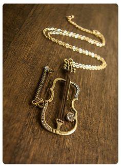 Este maravilloso collar con violín ($37). | 32 Piezas de joyería que todo amante de la música necesita