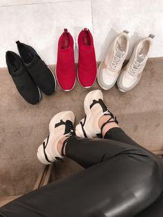 Conheça a tendência de sapatos femininos para o verão 2019 com a presença dos tênis, da mule, das sandálias anabela e muito mais.