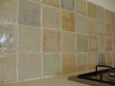 קיר אריחים בעבודת יד מאת אילת זר שינבוים | פורטל הוםפרו