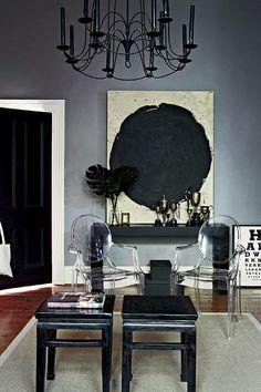 | Superbe mélange de blanc, de noir et de tonalités sombres de gris orageux dans la maison d'une designer et de sa famille à Melbourne- Australie. C'est stylé et chic. | Bright white and gray stormy for a family home.