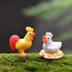Quantity: 2 pcs a set, 2 color for choosing Color: yellow, white Measures: cock: 2.6*2.6 cm, hen: 2.3*2.4 cm Material: resin Miniatures are used