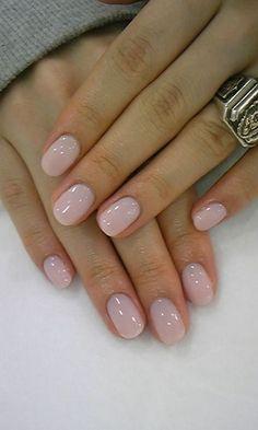 Essie Bubble Bath - Glossy pale pink nail