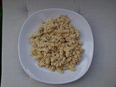 Testovinovy salat s tunakem - testoviny, gouda, tunak ve vlastni stave a dresink [majoneza, kysana smetana, kari a grabnuovany cesnek]