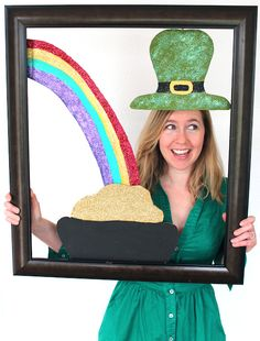 DIY St. Patrick's Day Photo Prop.  Love this.  Add a year to the pot of gold and we can use this at my dad's annual St. Pat's party to remember each guest.  Love it!!!