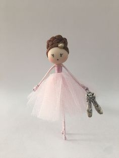 Necklace and brooch jewelry doll by Delafelicidad on Etsy Doll Crafts, Diy Doll, Cute Crafts, Ballerina Ornaments, Mermaid Ornament, Little Mermaid Doll, Mermaid Dolls, Mery Crismas, Ballerina Doll