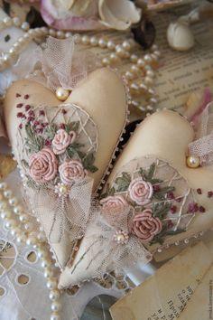 Купить или заказать Интерьерные подвески Сердечки. Винтаж. Бежевый. Молочный. в интернет-магазине на Ярмарке Мастеров. Интерьерные подвески Сердечки в стиле Шебби с винтажным налётом. Изящные розочки рококо собраны в композицию и украшают эти милые Сердечки. Мягкий, нежный фатин, изящные жемчужные бусины и бисер завершают романтичный образ этих интерьерных подвесок. Плюс ко всему, чтобы придать винтажное очарование Сердцам я тонировала их ароматным 'зельем' из экзотических трав и цветов с…