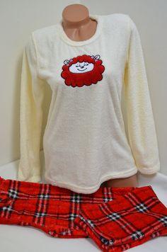 Дамска пухкава пижама в свежи цветове изработена от Софт. Горната част е с дълги ръкави в цвят шампанско и апликация отпред. Долното е дълъг панталон в червено каре. С тази пижама ще ви бъде топло и приятно през студените зимни нощи.