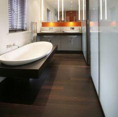 Disfruta de un suelo de madera en el baño