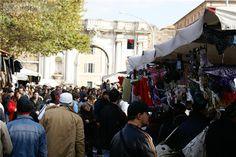 Porta Portese is een van de leukste wekelijkse markten in Rome. Deze vlooienmarkt aan Piazza Porta Portese is één van de grootste van Italië en trekt zelfs Italianen van buiten Rome aan. Je vindt hier meer dan 2.000 handelaren die echt van alles verkopen: kleding, schoenen, boeken, zonnebrillen, huis -tuin- en keuken artikelen, antiek, sieraden, horloges, dvd's, muziek, tot aan illegale sigaretten