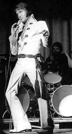 Elvis at his Miami concert , september 12 Are You Lonesome Tonight, Tupelo Mississippi, Elvis Presley Photos, Elvis Presley Wallpaper, Elvis In Concert, Elvis And Priscilla, You're Hot, Chuck Berry, Thats The Way