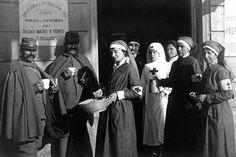 """Crocerossine ad un """"posto di conforto"""" per soldati feriti.(1918)"""